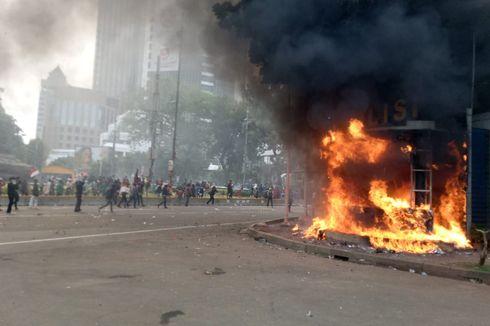 18 Pos Polisi Dirusak dan Dibakar Saat Demo Tolak UU Cipta Kerja yang Berakhir Rusuh di Jakarta