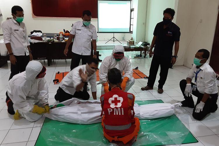 Relawan PMI Kendal, saat berlatih memandikan mayat yang meninggal akibat covid19. KOMPAS.COM/SLAMET PRIYATIN