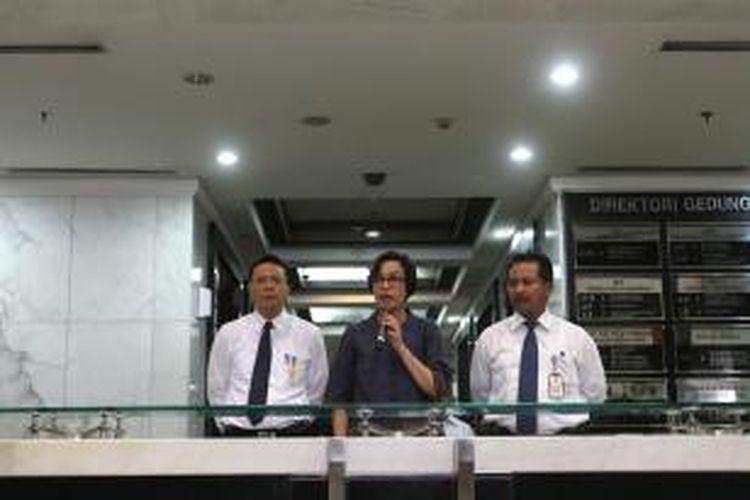 Managing Director and Chief Operating Officer World Bank sekaligus mantan Menteri Keuangan Sri Mulyani (tengah) didampingi Kepala Biro Bantuan Hukum Kementerian Keuangan Indra Surya (kanan) dan Kepala Bagian Bantuan Hukum I Kementerian Keuangan Didik Hariyanto memberikan keterangan kepada wartawan di Gedung Kementerian Keuangan, Jakarta Pusat, Senin (8/6/2015). Sebelumnya Sri Mulyani diperiksa oleh penyidik Bareskrim Mabes Polri sebagai saksi dalam kasus dugaan korupsi penjualan kondensat oleh SKK Migas dan PT Trans Pacific Petrochemical Indotama (TPPI). TRIBUNNEWS/DANY PERMANA