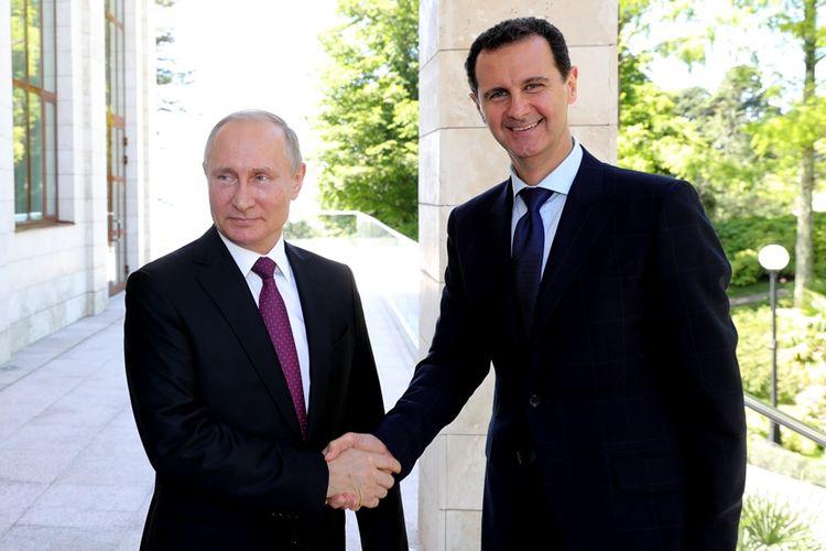 Presiden Rusia Vladimir Putin (kiri) bertemu dengan Presiden Suriah Bashar al-Assad di Sochi, Rusia, Kamis (17/5/2018).