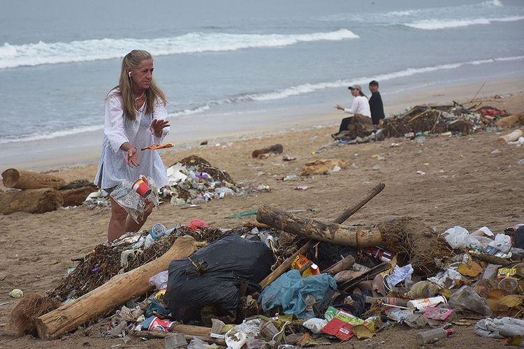 Foto dirilis Kamis (21/11/2019), memperlihatkan wisatawan mancanegara turut membersihkan sampah yang berserakan di kawasan Pantai Kuta, Bali. Beragam upaya penyelamatan lingkungan Bali dari ancaman sampah plastik terus digulirkan, seperti pengurangan penggunaan kantong plastik, gerakan penggunaan tumbler, hingga mendorong pelaku UMKM untuk memanfaatkan sampah plastik menjadi produk bernilai ekonomis.