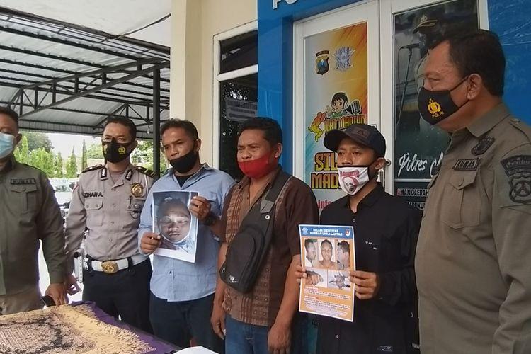 FOTO KORBAN—Keluarga menunjukkan foto-foto korban yang tersebar di media sosial pasca meninggal di tabrak truk tangki pertamina pengangkut bahan bakar minyak di Mapolres Madiun, Senin (30/11/2020).