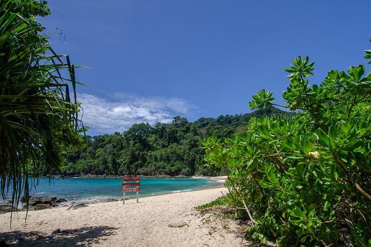Ilustrasi Banyuwangi - Pantai Teluk Hijau (Green Bay).