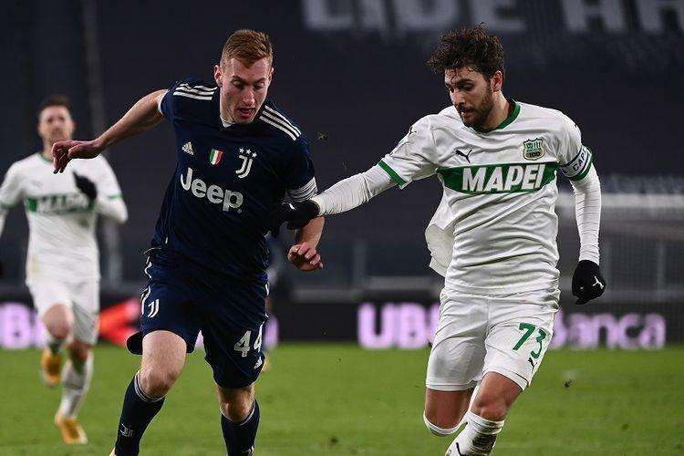 Pemain Juventus Dejan Kulusevski (kiri) berduel dengan gelandang Sassuolo, Manuel Locattelli, pada laga lanjutan pekan ke-17 Serie A di Stadion Allianz, Senin (11/1/2021) dini hari WIB.