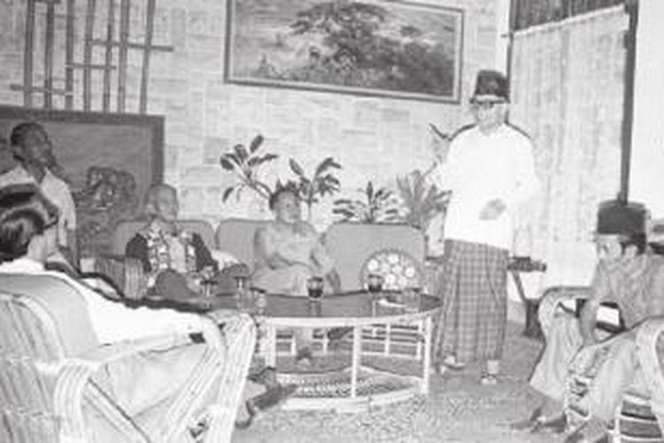 Bung Hatta sedang berdiskusi soal politik perekonomian di Jakarta. Foto tahun 1975