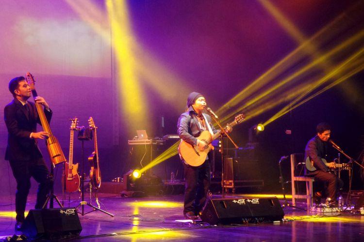 Grup band Payung Teduh dalam konser BBM Liztomania Konser Musik Tanah Air Vol.3 Payung Teduh Catra Adhum di Gedung Kesenian Jakarta, Jakarta Pusat, Selasa (14/11/2017).