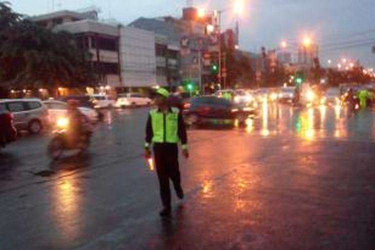 Seorang Pandu Jalan sedang mengatur lalu lintas di traffic light RS Tarakan, Senin (23/2/2015).