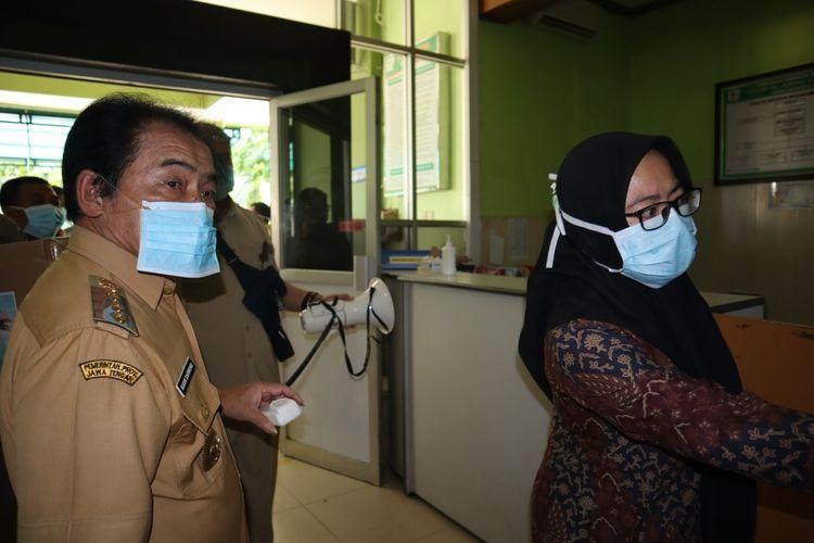 Bupati Banjarnegara Budhi Sarwono mengkampanyekan penggunaan masker ke sejumlah fasilitas kesehatam di Kabupaten Banjarnegara, Jawa Tengah.