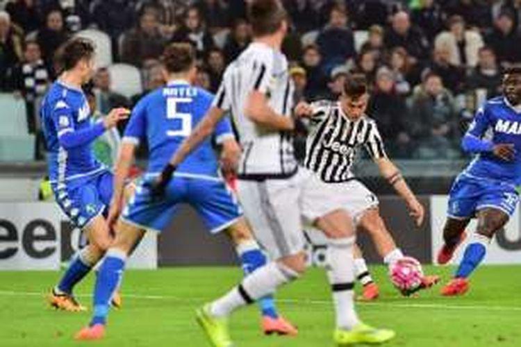 Paulo Dybala melepaskan tembakan yang berujung gol Juventus ke gawang Sassuolo pada laga Serie A, Jumat (11/3/2016).