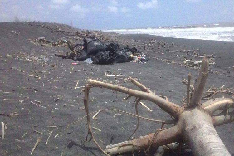 Sampah terhampar sejauh mata memandang di Pantai Trisik, pantai wisata keluarga sekaligus pantai konservasi penyu di Kulon Progo, DIY. (KOMPAS.com/Dani J)