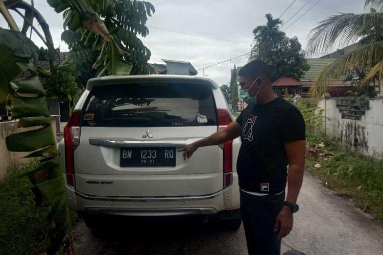 Petugas Satlantas Polresta Pekanbaru saat mengamankan mobil Pajero Sport yang diduga menabrak dua orang pesepeda, di Jalan Taman Karya, Kecamatan Tampan, Kota Pekanbaru, Riau, Minggu (13/9/2020) sekitar pukul 16.00 WIB.