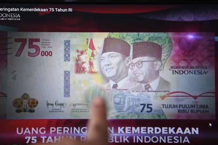 Warga memotret layar yang menampilkan uang lembar pecahan Rp 75.000 saat diluncurkan secara virtual, di Jakara, Senin (17/8/2020). Bank Indonesia mengeluarkan uang Peringatan Kemerdekaan 75 Tahun Republik Indonesia dengan bentuk lembar pecahan Rp 75.000.