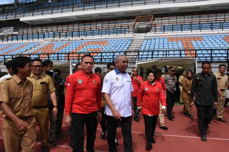 Walikota Surabaya Tri Rismaharini (kanan), Ketua Asprov PSSI Jatim Ahmad Riyadh (tengah) dan Mochammad Iriawan (kiri) saat meninjau persiapan venue Piala Dunia U-20 2021 di Stadion Gelora Bung Tomo Surabaya, Jawa Timur, Senin (10/02/2020) siang.
