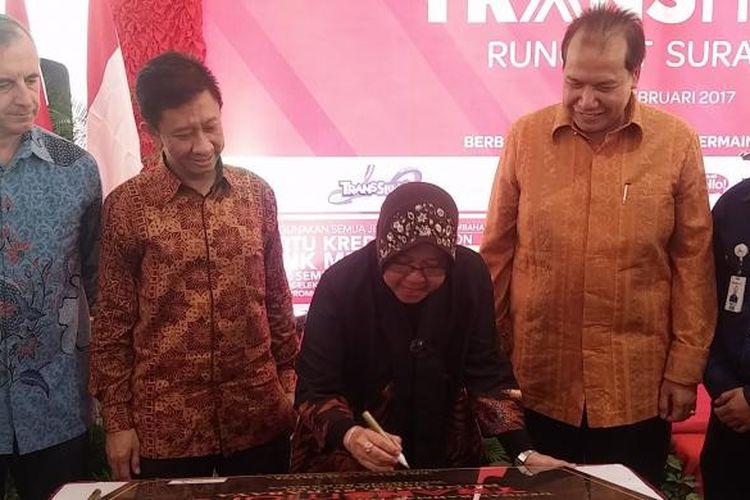 Risma meresmikan Transmart di Surabaya, Jumat (24/2/2017)