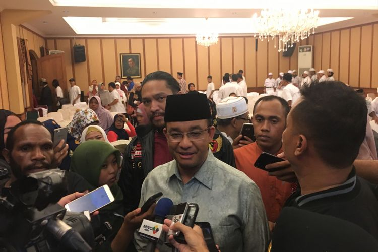Gubernur DKI Jakarta terpilih, Anies Baswedan, usai hadiri acara syukuran di kediaman mantan Panglima TNI Jenderal (Purn) Djoko Santoso di Jalan Bambu Apus Raya Jakarta, Senin (8/5/2017).