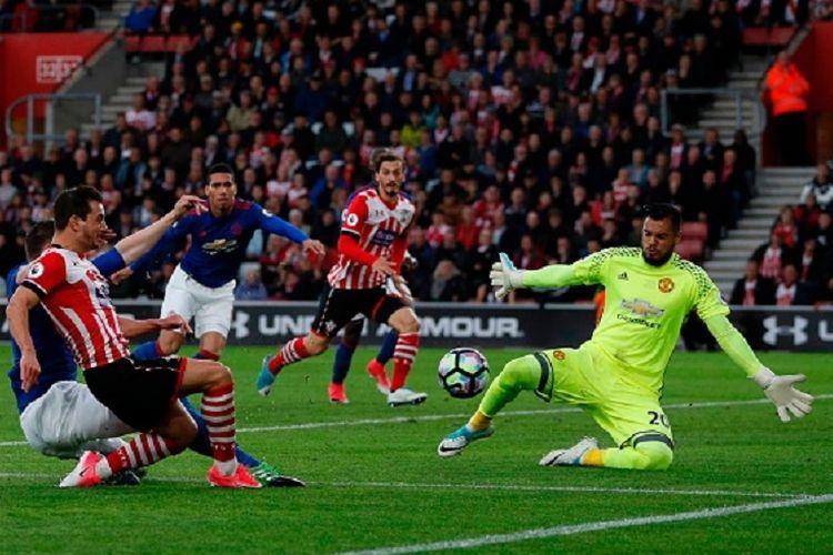 Kiper Sergio Romero menggagalkan tembakan Cedric Soares saat Manchester United bertandang ke markas Southampton pada pertandingan Premier League, Rabu (17/5/2017).