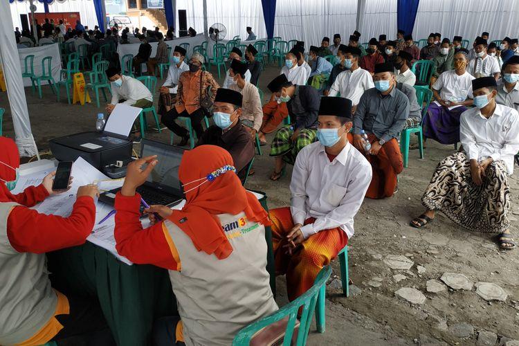 Suasana vaksinasi di Pesantren Lirboyo Kota Kediri, Jawa Timur, Selasa (23/3/2021).