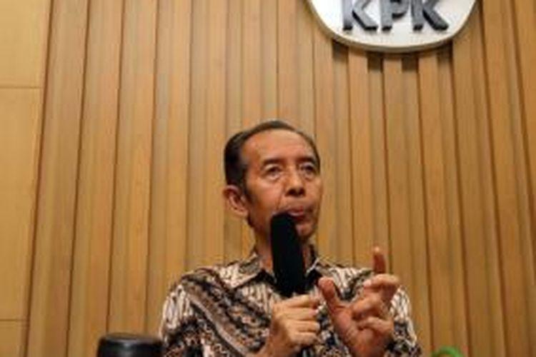 Wakil Ketua KPK Zulkarnain memberikan keterangan kepada wartawan di Kantor Komisi Pemberantasan Korupsi (KPK) di Kuningan, Jakarta, Jumat (14/11/2014). Zulkarnain menjelaskan tentang Laporan Harta Kekayaan Penyelenggara Negara (LHKPN) dan soal izin-izin terkait pengelolaan kawasan hutan. TRIBUNNEWS/DANY PERMANA