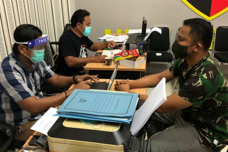 TNI gadungan berinisial AK diperiksa polisi di Mapolresta Banyumas, Jawa Tengah.