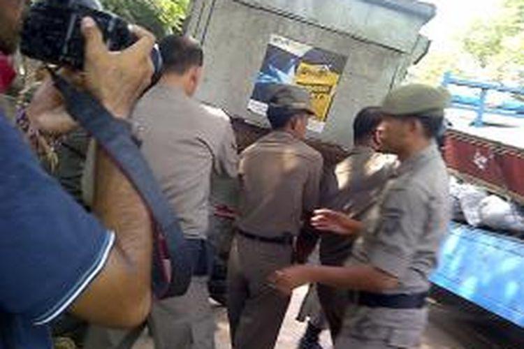 Petugas Satpol PP saat melakukan penertiban pedagang kaki lima di Pasar Gembrong, Jakarta Timur, Kamis (12/9/2013). Pedagang kaki lima yang nekat berjualan akan dikenakan tindak pidana ringan.