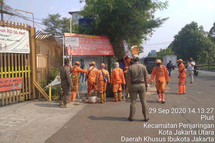 Pelang milik Boyamin yang dicabut Satpol PP bertuliskan Pengumuman. Tanah ini masih dalam sengketa perdata di Pengadilan Neger Jakarta Utara, dicabut Satpol PP DKI Jakarta pada 29 September 2020 lalu.