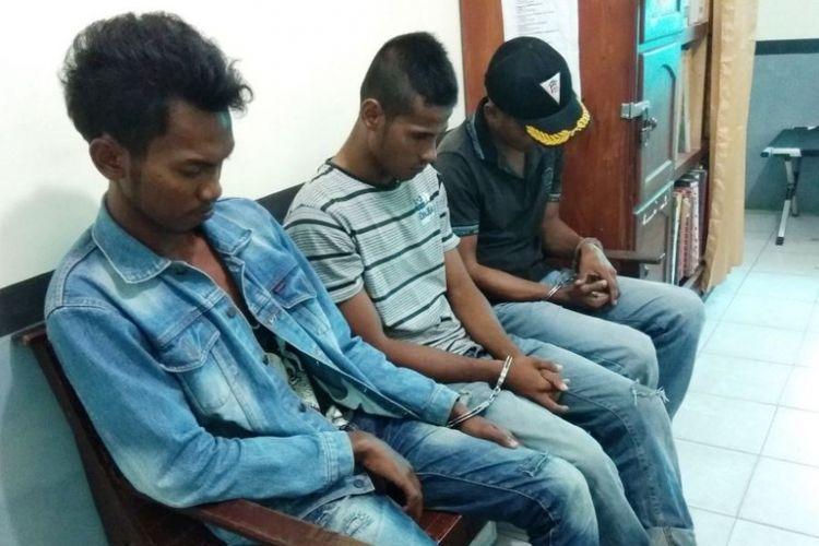 Tiga tersangka kasus ganja duduk tertunduk di ruang pemeriksaan unit narkoba Polres Aceh Utara, Aceh, Rabu (23/5/2018).