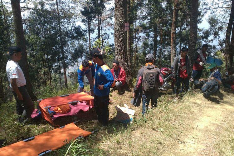 Proses evakuasi para pendaki dari puncak gunung Sumbing yang sedang kebakaran, Selasa (11/9/2018) sore.