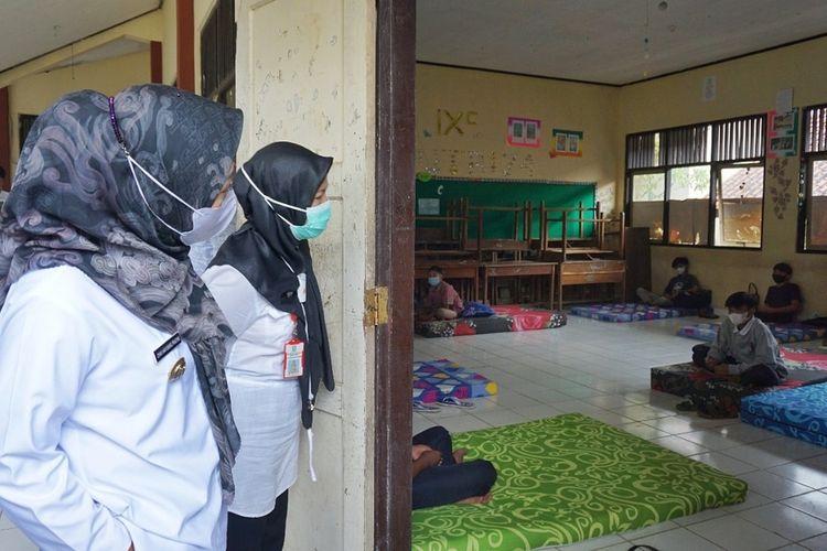 Bupati Purbalingga, Dyah Hayuning Pratiwi meninjau lokasi isolasi terpusat di SMPN 4 Mrebet, Rabu (22/9/2021).
