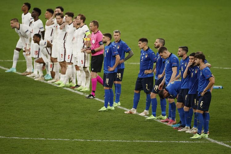 Para pemain berkumpul di garis tengah saat adu penalti pada final Euro 2020 Italia vs Inggris di Stadion Wembley di London pada 12 Juli 2021. Hasil Italia vs Inggris final Euro 2020.