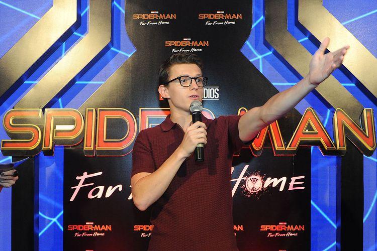 Aktor asal Inggris pemeran Peter Parker di film Spider-Man, Tom Holland menyapa penggemarnya saat meet and greet di kawasan Nusa Dua, Bali, Senin (27/5/2019). Kegiatan tersebut merupakan rangkaian promo film Spider-Man: Far From Home yang rencananya akan dirilis pada bulan Juli mendatang.