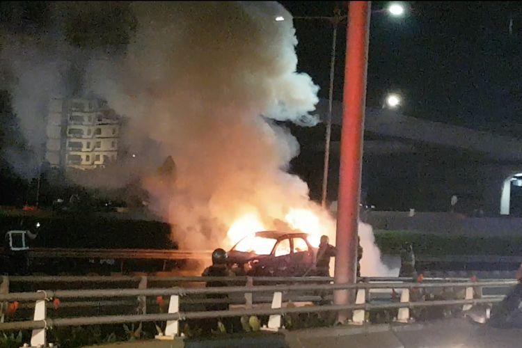 Sebuah mobil mini bus terbakar di dalam ruas Tol Dalam Kota tepatnya dekat Patung Pancoran, Tebet, Jakarta Selatan pada Kamis (1/4/2021) malam.
