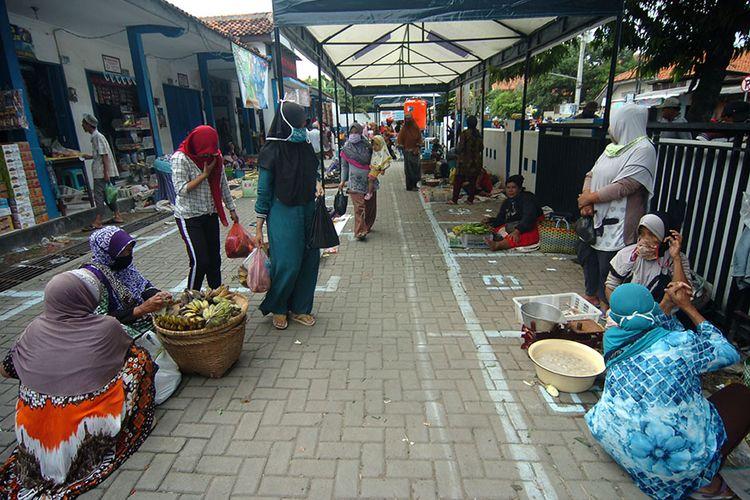 Sejumlah pedagang menunggu pembeli di Pasar Bandung Kimpling, Tegal, Jawa Tengah, Sabtu (2/5/2020). Pemerintah Kota Tegal menata para pedagang di lima pasar dengan menerapkan jaga jarak satu meter antarpedagang (physical distancing) sebagai upaya pencegahan penyebaran Covid-19.