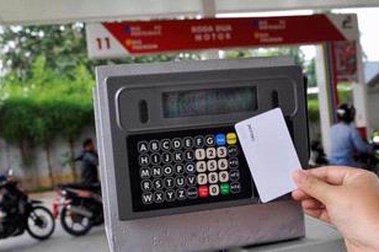 Ilustrasi: Petugas PT Industri Telekomunikasi Indonesia (Inti) menjajal alat monitoring dan pengendalian BBM subsidi di SPBU Jalan Abdul Muis, Jakarta, Selasa (7/5/2013). PT Inti merupakan perusahaan yang mendapat proyek pengadaan dan pemasangan alat pengendalian BBM untuk sekitar 100 juta kendaraan, 5.027 SPBU, dan 92.000 nozel. Saat ini alat tersebut sedang diuji coba di tiga SPBU di Jakarta.