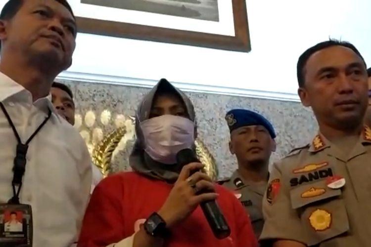 Zikria Dzatil, tersangka penghina Wali Kota Surabaya Tri Rismaharini memberikan keterangan di Mapolrestabes Surabaya, Senin (3/2/2020).