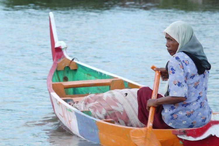 Keluarga Pasijah adalah satu-satunya keluarga yang bertahan di Dusun Rejosari Senik, Desa Bedono, Demak, Jawa Tengah.