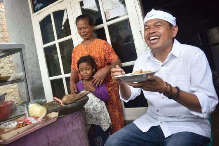 Dedi Mulyadi saat menyantap lotek bikinan Mak Namih di Kabupaten Bekasi.