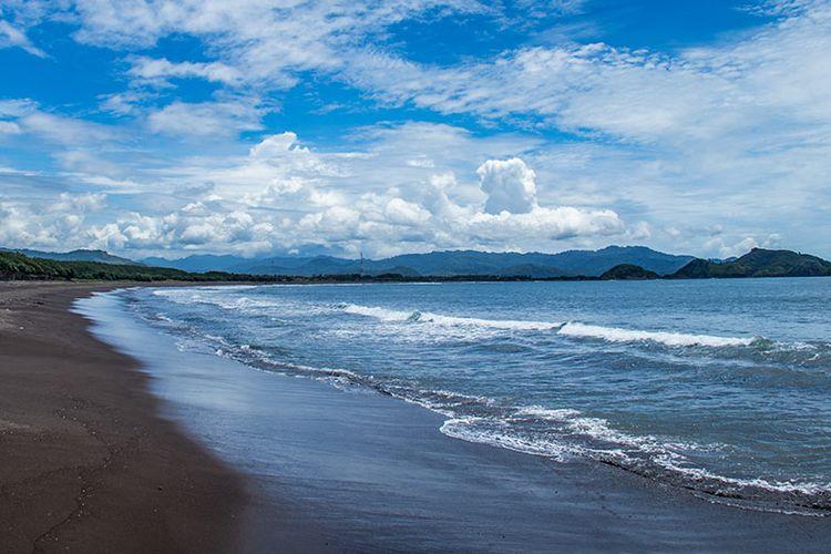 Garis Pantai Watu Ulo yang memanhang ke arah Pantai Payangan.
