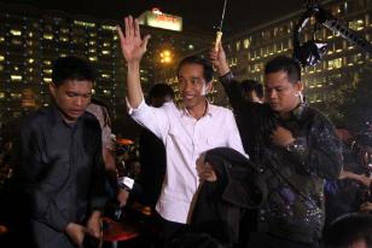 Gubernur DKI Jakarta, Joko Widodo hadir di kawasan Bundaran Hotel Indonesia saat Car Free Night dalam rangka gelaran Jakarta Night Festival menjelang perayaan Tahun Baru 2013, Senin (31/12/2012) malam.