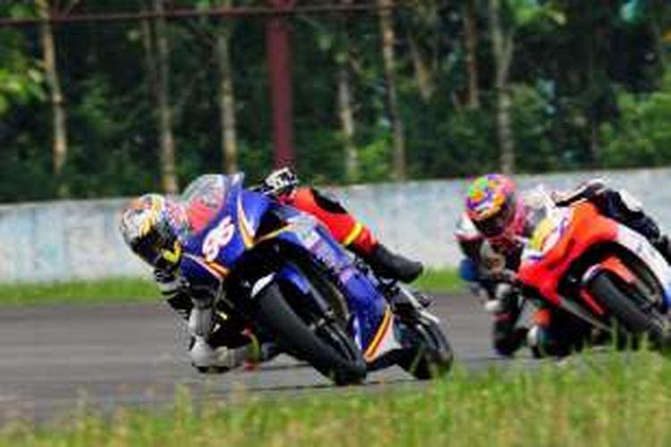 Pebalap Indonesia, Imanuel Putra Pratna, memacu motornya pada hari kedua Indospeed Race Series di Sirkuit Sentul, Sabtu (5/11/2016).
