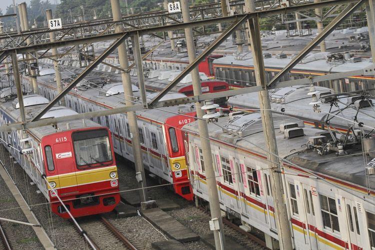Sejumlah rangkaian kereta rel listrik terpakir di Dipo Depok, Jawa Barat, Senin (23/3/2020). PT Kereta Commuter Indonesia membatalkan pembatasan jam operasional dan akan mengembalikan jam operasional Kereta rel listrik (KRL) menjadi normal mulai Senin (20/3) pukul 15.00 WIB imbas padatnya penumpang pada pagi harinya. ANTARA FOTO/Asprilla Dwi Adha/aww.