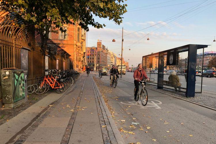 Bersepeda di Copenhagen, Denmark, Selasa (16/10/2018).