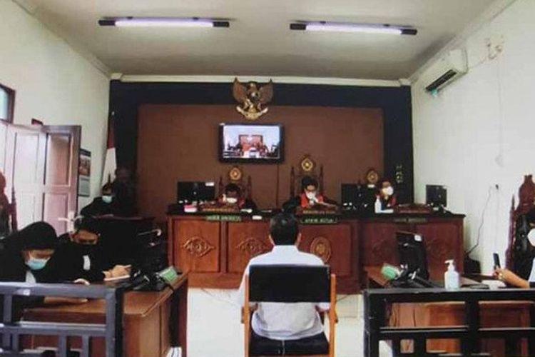 Jalannya sidang vonis bebas kasus dugaan korupsi sumur bor di Dinas Lingkungan Hidup Kalteng terhadap Arianto sebagai terduga terdakwa dalam perkara itu di Pengadilan Negeri Palangka Raya, Selasa (20/4/2021).