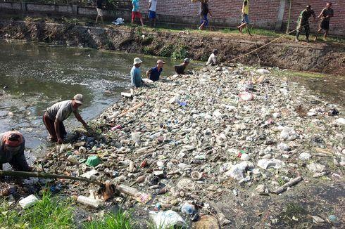 Warga Mojokerto Bersihkan Sungai Ledeng yang Penuh Sampah dan Usus Ayam