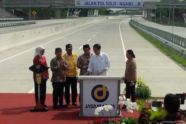 Presiden Jokowi meresmikan Jalan Tolo Solo-Ngawi segmen Sragen-Ngawi di Rest Area KM 538 Jalan Tol Sragen-Ngawi Desa Ngrampal, Sragen, Jawa Tengah, Rabu (28/11/2018).