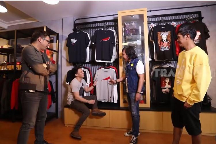Para personel band NOAH, David, Ariel, dan Lukman (paling kanan) menjelaskan makna logo band tersebut kepada penyanyi Ari Lasso.