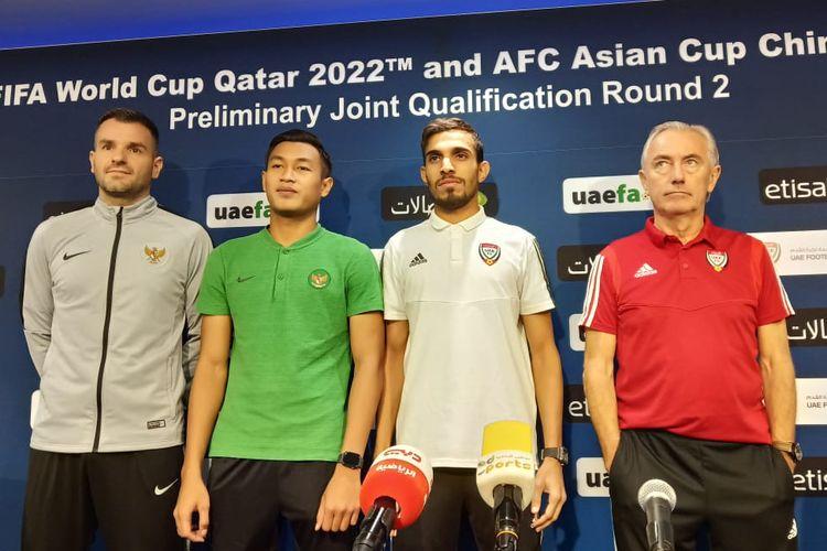 Pelatih dan pemain kedua negara, Indonesia dan Uni Emirat Arab berfoto bersama setelah jumpa pers.