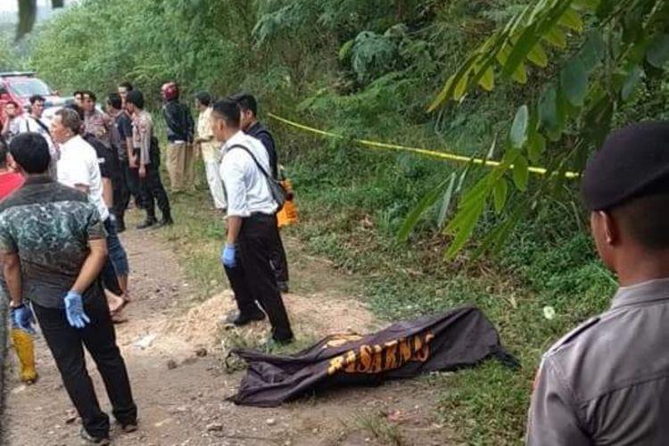Sesosok mayat berjenis kelamin laki-laki ditemukan warga sekitar di pinggiran jalan Perumahan Bukit Tiban Permai, Sekupang, Batam, Kepulauan Riau, Rabu (27/2/2019).