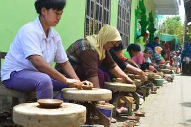 Para wanita warga Dusun Klipoh Banjaran I, Desa Karanganyar, Kecamatan Borobudur, Kabupaten Magelang, Jawa Tengah, ramai-ramai membuat kerajinan gerabah dalam rangka Hari Santri Nasional, Sabtu (22/10/2016).