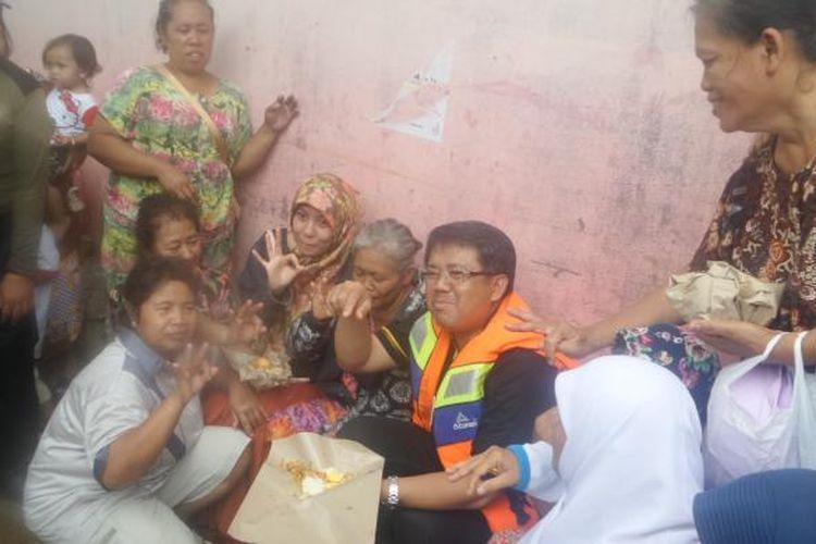 Presiden PKS Sohibul Iman mendatangi permukiman warga yang terdampak banjir di Kelurahan Cipinang Muara, Jakarta Timur, Selasa (21/2/2017)