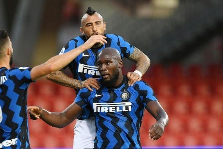 Romelu Lukaku, Arturo Vidal, dan Roberto Gagliardini merayakan gol dalam laga Benevento vs Inter Milan pada partai tunda pekan pertama Liga Italia 2020-2021 yang digelar di Stadion Ciro Vigorito, Rabu (30/9/2020).